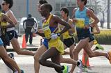 Martin Mathathi en-route to winning at the 2014 Marugame Half Marathon (Masamichi Makino (Getsuriku))