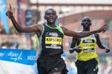 Moses Kipsiro comres home ahead of Wilson Kipsang at the 2013 Bupa Great Manchester Run (Dan Vernon / Nova International)